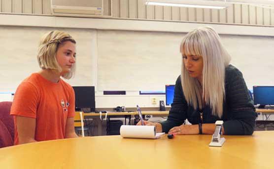 Mentor Sabina pratar med eleven Hedda.