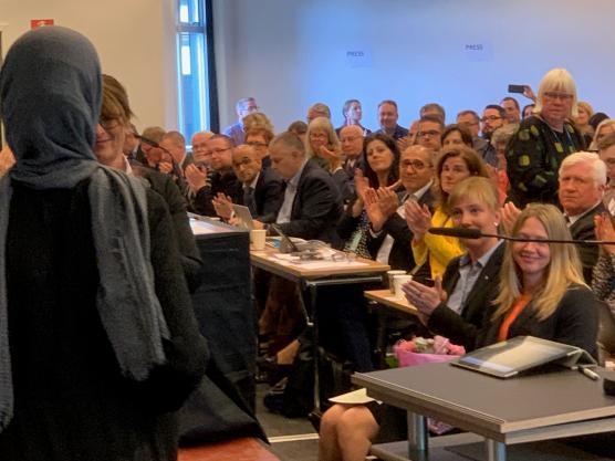 Hela regionsfullmäktige i Västra Götaland var församlade när Fatima Afarah och Hela Blomman tog emot stipendiet för sitt arbete för Mänskliga Rättigheter.