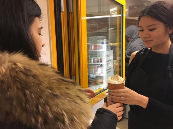 Cecilia Tran i kårstyrelsen säljer varm choklad.
