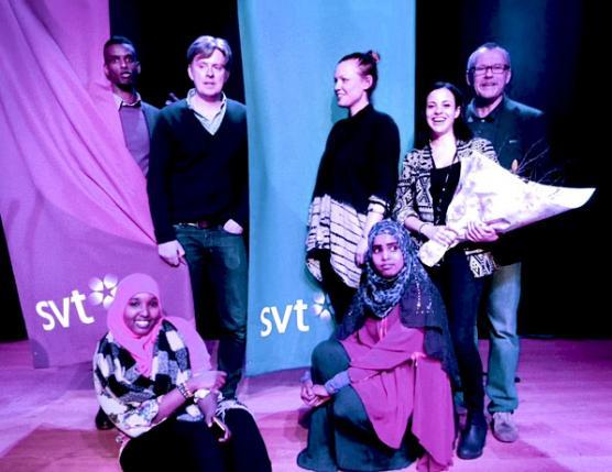 Abdikadar Omar tillsammans med programledarna Henrik Kruusval, Sofia Nordén, Sandy Kalleny och Nils Chöler samt eleverna Maida Ali och Fardowso Iid på SVT Angereds invigning..