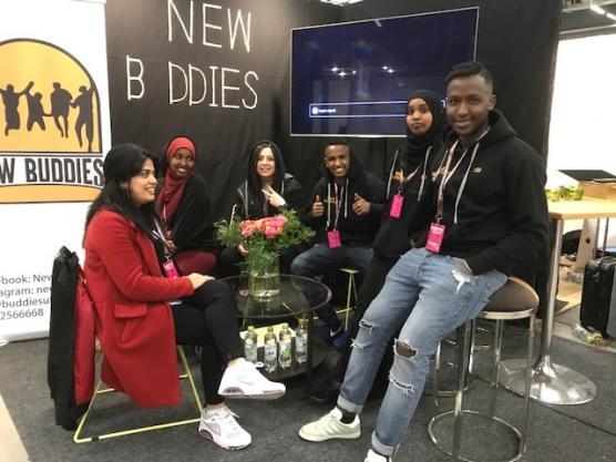 New Buddies UF på plats i sin monter på Stockholmsmässan. Fr v Bahar Arman, Maida Ali, Mariam Kakhi, Mustafa Mohamad, Fardowsa Iid och Mohamed Abdullahi.