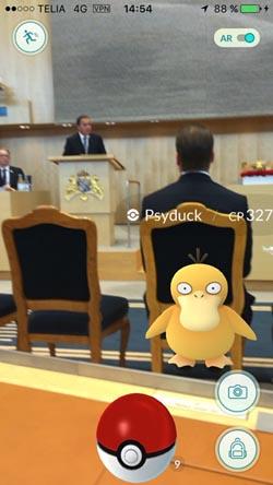 <span>Monica Green spelar Pokémon Go bakom ryggen på prins Daniell.</span><span>Här spelar Monica Pokémon Go bakom prinsens rygg under ett möte där Stefan Löfven talar om arbetslöshet.</span><div><span></span></div>