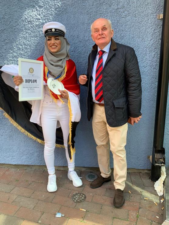Aya Abdulraheem blev utsedd till Årets Unga Ledare i Angered 2019 av den lokala Rotaryklubben, vars president Gunnar Wiraeus delade ut diplomet.